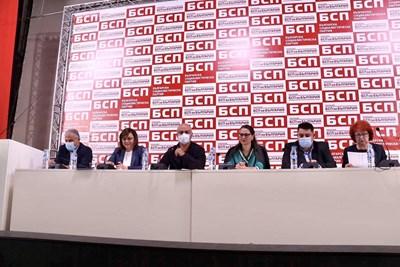 Лидерката Корнелия Нинова и приближените и? по време на заседанието на пленума вчера СНИМКА: БСП