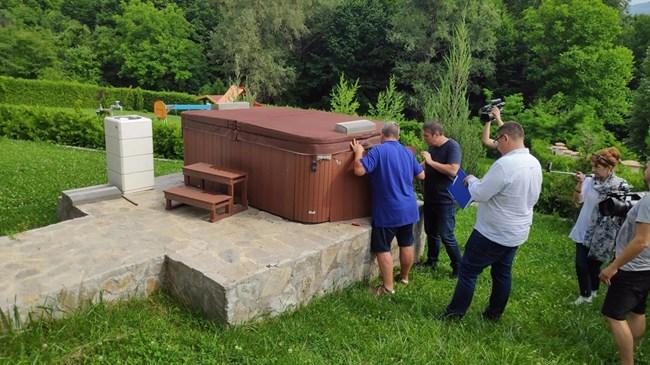 Проверяващи влязоха в братовчедска  къща за гости на кмета на Горна Оряховица (Снимки)