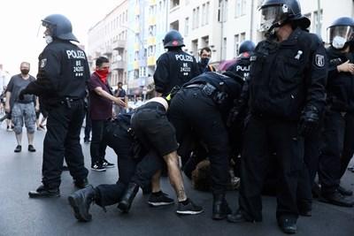 Голям протест срещу мерките срещу коронавирус имаше на 1 август в Берлин. Снимки: Ройтерс