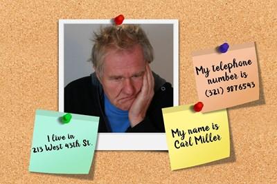 Възрастен мъж е написал на листчета името си, телефонния си номер и адреса си, защото ги забравя. СНИМКА: ПИКСАБЕЙ