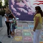 Дете прегръща майка си в Атина в първия учебен ден под погледа на учителка с маска.