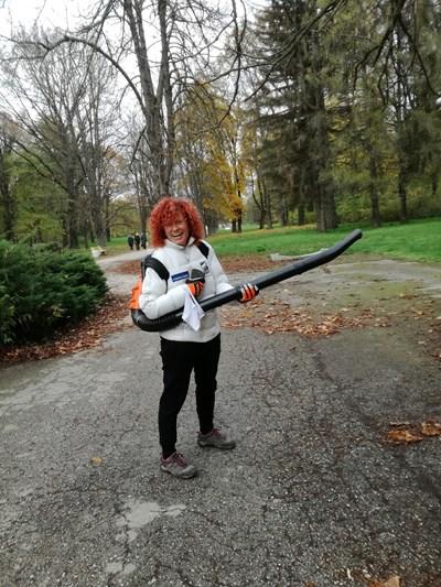 Люси Дяковска изчисти сама алеята за пешеходци в парк Кайлъка СНИМКА: Буряна Божинова
