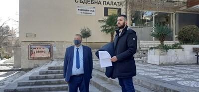 Адвокатът на Кристина Маньо Алексиев и брат й Илиян Дунчев на излизане от съда в Сандански. СНИМКА: Антоанета Маскръчка