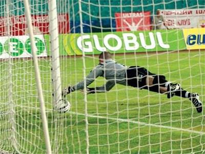Вратарят на ТНС Пол Харисън е пуснал топката във вратата си, но естонският рефер не видя гола на Тонев. СНИМКА: КРИСТИНА ЦВЕТКОВА