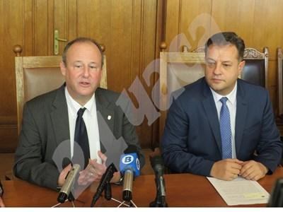 Посланик Ерик Рубин и кметът на Велико Търново Даниел Панов отговарят на журналистически въпроси. СНИМКА: Авторката СНИМКА: 24 часа