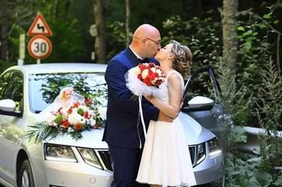 Младоженците Димитрия и Димитър пред колата с кукла булка на капака