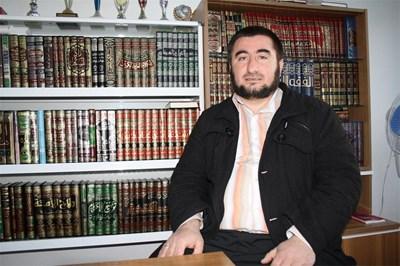 Имамът Хайри Шерифов счита, че възрастните му колеги правят грешки от невежество, като отказвали да погребат мъртви с български имена.