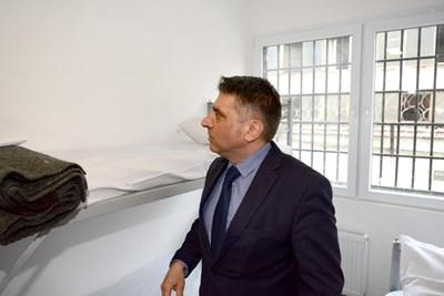 Министърът на правосъдието Данаил Кирилов провери намясто как изглеждат килиите в новия следствен арест в Стара Загора. СНИМКА: Ваньо Стоилов