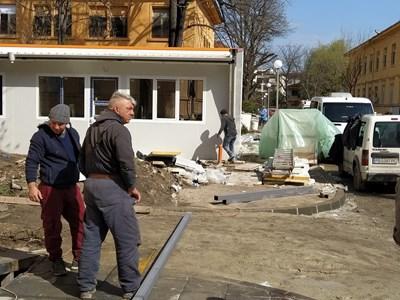 Работници, строителни материали и кал - така изглежда около новата лаборатория в Пловдив. Снимки: Авторът