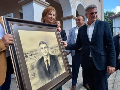 Кметицата Веска Мирчева поднесе на премиера портрет с неговия лик, а на заден план - пейзаж от родната Поповица. Снимка: Румен Златански