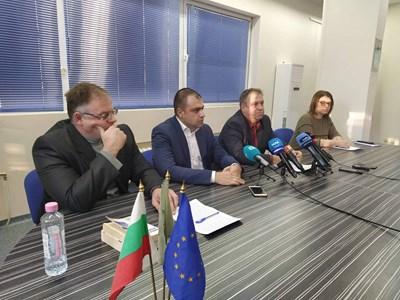 Шефът на полицията Йордан Рогачев и началникът на Районната прокуратура Чавдар Грошев и заместникът му Атанас Илиев (вляво) изнесоха подробности. Снимка: Авторът