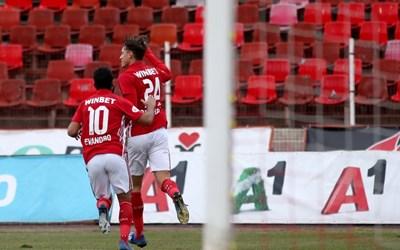 Евандро поздравява Белтраме за първия му гол за ЦСКА. СНИМКА: Йордан Симeонов