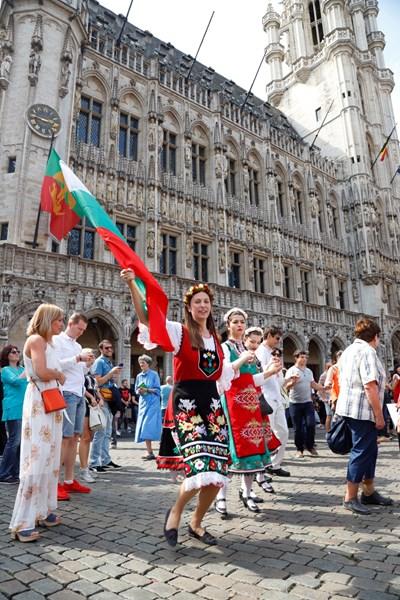 Хиляди българи се събират ежегодно на Голямото българско хоро в Брюксел. Много емигранти пътуват специално за събитието от съседните Франция, Холандия и Германия, за да се хванат на хорото и да си спомнят за българските традиции.