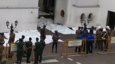 Полицаи идентифицират жертвите на атентатите в Шри Ланка. СНИМКА: Ройтерс