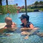 Ривалдо и Елиза се натискат във водата