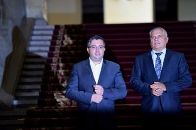 Министрите Николай Нанков и Валентин Радев излизат от Министерския съвет, след като дадоха оставките си на премиера Бойко Борисов. СНИМКА: Йордан Симeонов