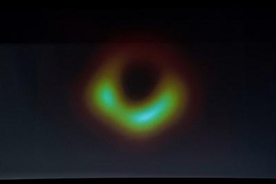 Черната дупща се очертава от огромен сияещ оранжев пръстен СНИМКА: Ройтерс