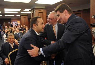"""Министър Емил Караниколов се здрависва с шефа на контролния съвет на """"Лукойл България"""" и член на УС на БПГА Валентин Златев по време на конференцията."""