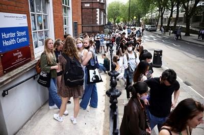 Стотици хора продължават да се редят на опашки, за да се ваксинират в Лондон.