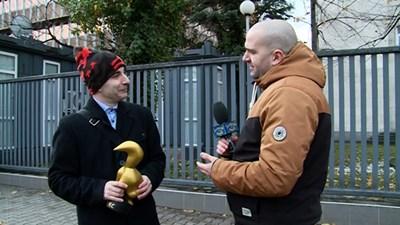 """Волгин (вляво) приема статуетката. Снимка """"Господари на ефира"""""""