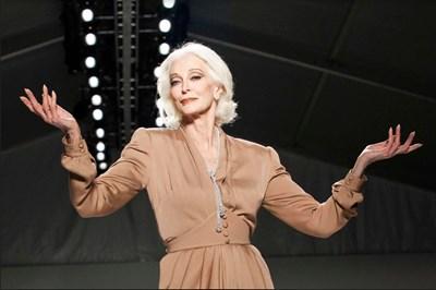 88-годишният модел Кармен  дел Орефис много внимава с грима, който използва.  СНИМКА: РОЙТЕРС