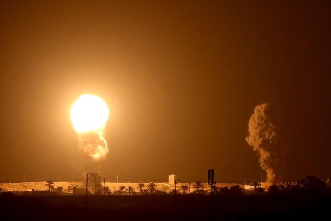 Израел бомбардира ивицата Газа (Снимки)