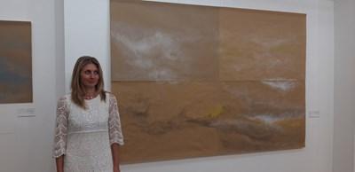 Анелия Николова пред своите пресъздавания на Небе с моливни рисунки. Снимки: Авторът