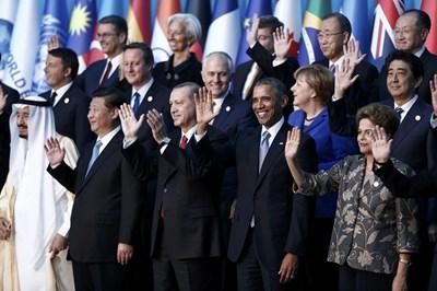 Лидерите от Г-20 махат, позирайки за обща снимка на срещата си в турския курорт Анталия. СНИМКА: РОЙТЕРС