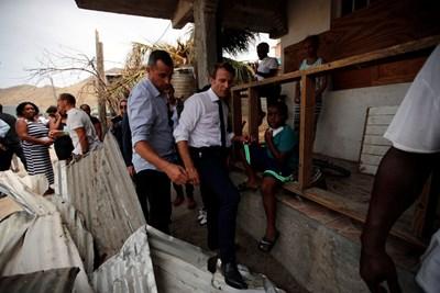 Френският президент се среща с пострадали от урагана Ирма на остров Сен Мартен.
