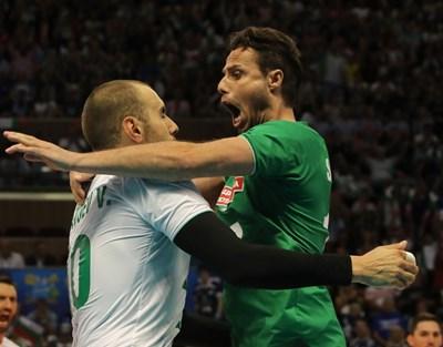 Либерото Теодор Салпаров се мята върху най-резултатния волейболист в мача срещу Финландия Валентин Братоев. Снимка: FIVB