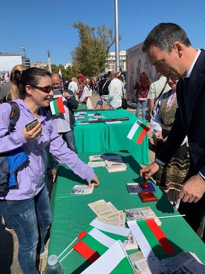 """Кметът Димитър Николов подпечатва картички с Манифеста от 1908 г. Стотици бургазлии дойдоха на площад """"Тройката"""", за да отбележат празника заедно."""
