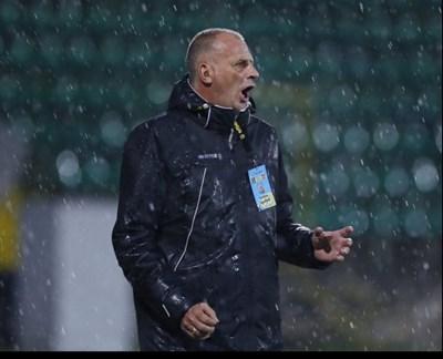 """Наставникът на """"Ботев"""" (Враца) Антони Здравков куфее под дъжда, след като унижи бившия си отбор """"Лудогорец""""."""