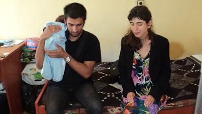 Феим и Нурел сами се грижат за 4-месечния Денис. СНИМКА: Снимка: Авторът