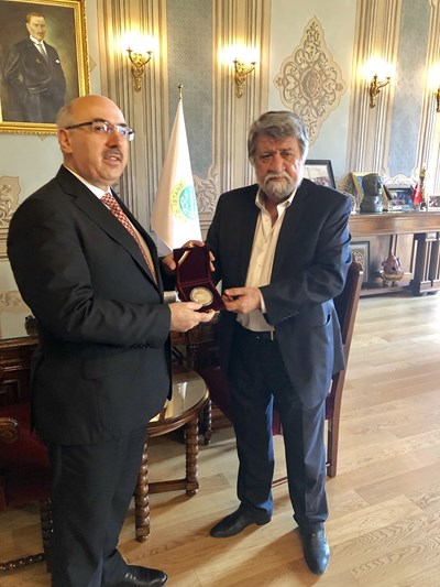 Вежди Рашидов (вдясно)  връчи на ректора на Истанбулския държавен  университет проф. Махмут Ак почетен  плакет на НС.
