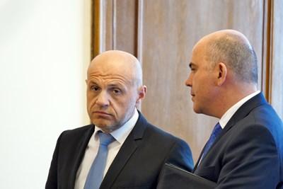 Вицепремиерът Томислав Дончев разговаря със социалния министър Бисер Петков преди заседанието на правителството. СНИМКА: Пиер Петров