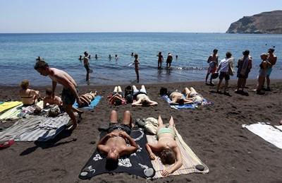 Първи за годината плаж в Гърция направиха много българи, слели с помощта и на болнични почивните дни за Великден и Гергьовден. СНИМКА: РОЙТЕРС