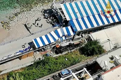 Минибусът е полетял от 20 м.височина на остров Капри. СНИМКА Италиански пожарникари