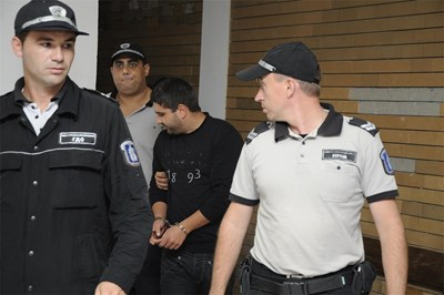 Полицаи водят убиеца Иво Маринов. СНИМКА: Росица Христова