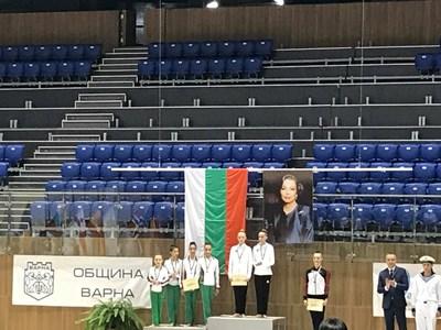 Българският отбор при девойки получава своите медали. СНИМКИ: ВЕРОНИКА БОЙЧЕВА