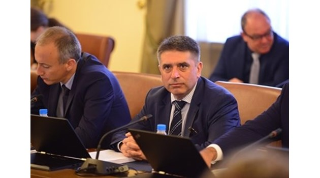 Данаил Кирилов в общ бизнес с червения Костадин Паскалев. Бил свързан и с Жан Виденов