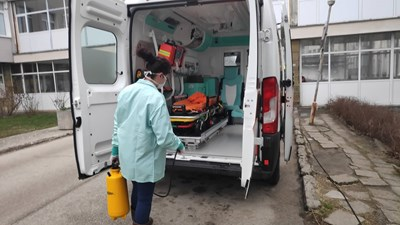 Линейките се дезинфекцират след всеки болен от COVID.