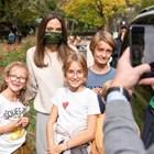 Анджелина Джоли се снима с ученици на среща в Рим СНИМКИ: Инстаграм
