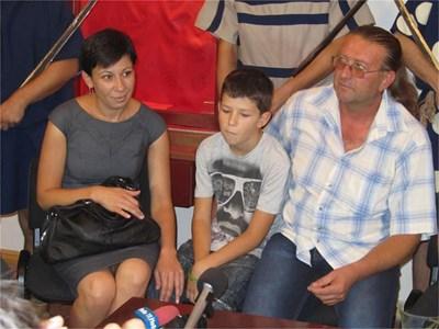 Дарителят Росен Тодоров, съпругата му Теменужка и 12-годишният им син по време на представянето на съкровището. СНИМКИ: АВТОРЪТ