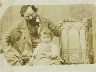 Борис Шатц със съпругата си Евгения и дъщеричката Анжелика. Снимал се е с албума за коронацията на руския цар, правен по негов проект и отлят от сребро и бронз през 1902 г.