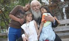 Крадци обръщат в пари учебниците за децата на отец Иван
