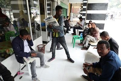 Етиопци четат вестници с информация за опита за преврат в страната. Снимка РОЙТЕРС