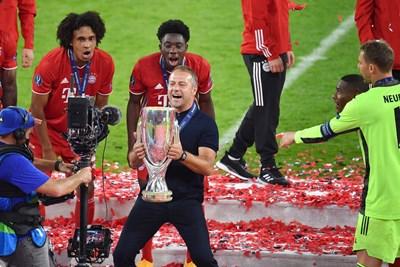 """Ханс-Дитер Флик се кефи лудо с трофея, който получава носителят на суперкупата на Европа.  Снимка: фейсбук на """"Байерн"""""""