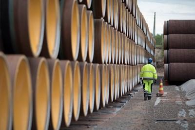 """Работник минава покрай тръби за """"Северен поток 2"""" в град Котка, Финландия."""