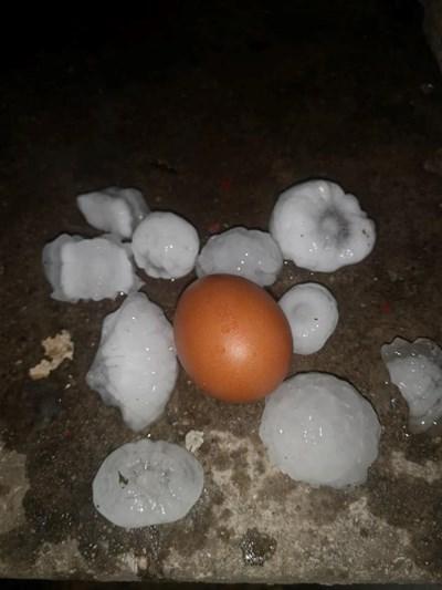 Ледени късове с големината на кокоше яйца нанесоха големи поражения по автомобили и сгради в Асеновград в петък вечер.
