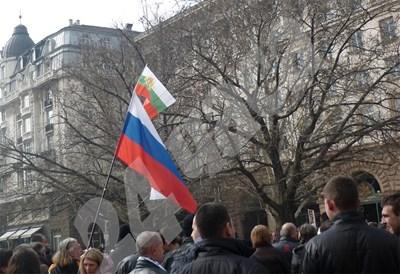 Руското знаме с малък български флаг отгоре се развя на протеста вчера. СНИМКА: 24 часа